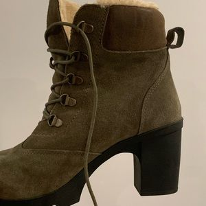 Heeled fur boots, olive
